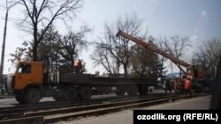 В центре Ташкента демонтируют трамвайные линии.