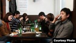 Герои Хон Сан Су очень много пьют; copyright Jeonwonsa Film Co.