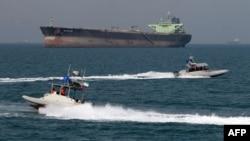 До введения международных санкций против Ирана через Ормузский пролив проходила треть мирового экспорта нефти морем. В самой узкой части ширина этого пролива, соединяющего Персидский залив с Индийским океаном, едва превышает 40 км