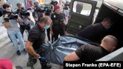 Полиция выносит тело Дмитрия Тымчука из его киевской квартиры, 19 июня 2019 г.
