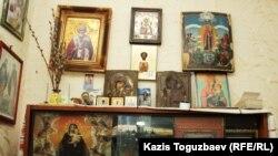 Домашний иконостас Ирины Савостиной, в котором главной является икона святого Николая Чудотворца. Алматы, 6 июля 2018 года.