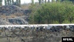 Тожик-ўзбек чегарасида айни кунда шу каби бетон деворлар қад ростлаган.