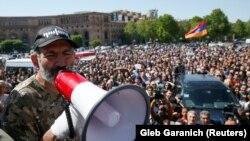 Лидер протестного движения Никол Пашинян обращается к протестующим во время митинга на площади Республики в Ереване, 25 апреля 2018 г.