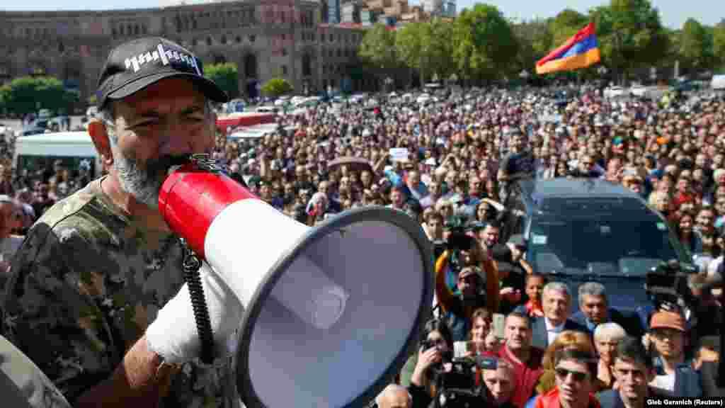«Оксамитова революція» у Вірменії: лідер протестів і майбутній прем'єр Нікол Пашинян виступає перед людьми. У 2018 році у Вірменії почалися масові протести, які закінчилися зміною влади. Їхньою причиною стала конституційна реформа, яку ініціював колишній президент Серж Сарґсян, щоб зберегти свою посаду. Коли Сарґсян офіційно оголосив про свої наміри, десятки тисяч людей вийшли на вулиці. На 11-й день демонстрацій Сарґсян пішов у відставку, а Пашинян незабаром був обраний новим прем'єром Вірменії