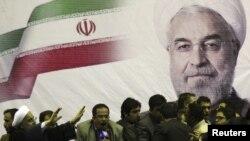حسن روحانی در جمع حامیانش هنگام تبلیغات انتخاباتی