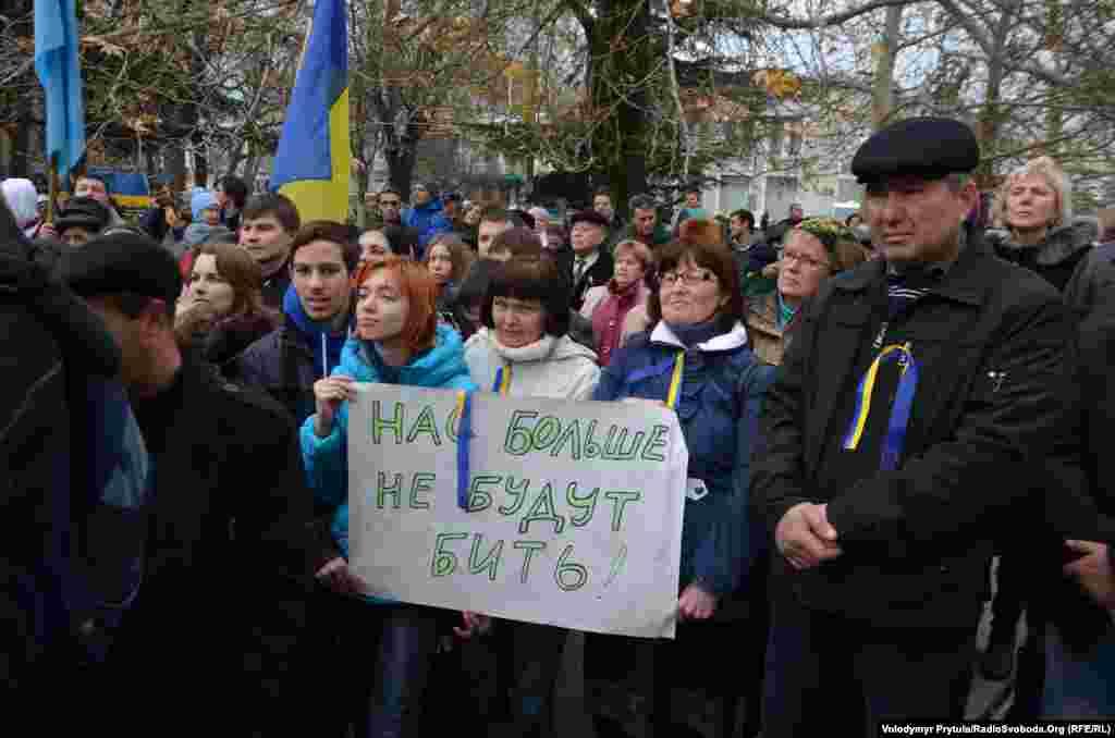 Студенти на Євромайдані перед будівлею Верховної Ради