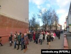 Экскурсія зь пешаходнай вуліцы Ленінскай выходзіць да Ратушы