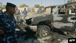 عناصر من قوات الأمن العراقية يتفحصون موقع إنفجار في كركوك