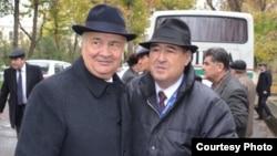 Зелимхан Хайдаров (солдо) жана өзбек журналисти Шароф Убайдулаев