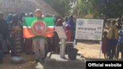 Рәсүл Тавдиряков Нигерда яңа ачылган кое янында Татарстан байрагы белән