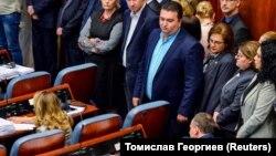 Deputetët e VMRO-së qëndrojnë në këmbë, duke bojkotuar kështu nisjen e ndryshimeve kushtetuese, që janë të nevojshme për zbatimin e Marrëveshjes së emrit. 19 tetor, 2018.