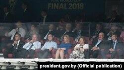 Справа налева: Мікалай і Аляксандар Лукашэнкі, Наіна Ельцына, Сьвятлана і Дзьмітры Мядзьведзевы і іншыя на фінале чэмпіянату сьвету ў футболе ў Маскве