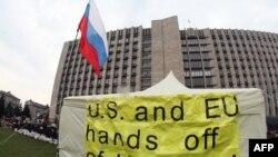 """Плакат на палатке пророссийских демонстрантов с надписью: """"США и ЕС, руки прочь от Украины!"""" Донецк, 10 апреля 2014 года."""