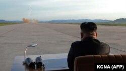 Лидер КНДР Ким Чен Ын наблюдает за ракетным запуском, сентябрь 2017 года.