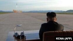 Ким Чен Ын наблюдает за стартом баллистической ракеты средней дальности