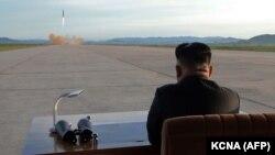 Лидер КНДР Ким Чен Ын наблюдает за ракетным запуском, сентябрь 2017
