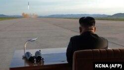 Ким Чен Ын наблюдает за запуском ракеты.