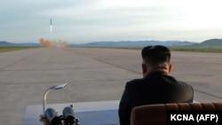 Ким Чен Ын наблюдает за запуском ракеты. Сентябрь 2017 года.