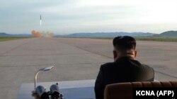 Ким Чен Ын наблюдает за запуском ракеты. Архивное фото (сентябрь 2017 г.)