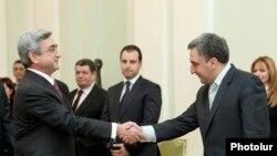 Президент Армении Серж Саргсян (слева) принимает премьер-министра Грузии Нику Гилаури, 26 января 2010 г.