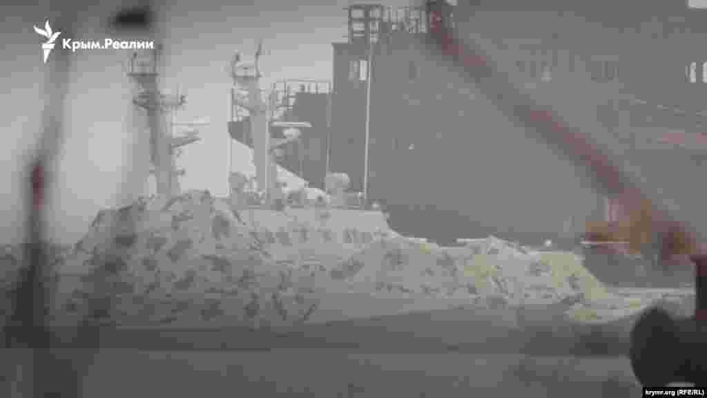 Оказалось, что их передислоцировали вглубь порта. На фото видна часть номера катера «Бердянск» (U175), закрытого маскировочной сетью