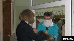 Сотрудники поликлиник - в зоне риска, без защитной маски не обойтись.