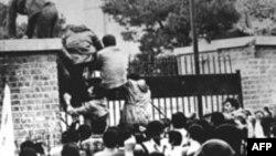 Донишҷӯёни эронӣ вориди бинои сафорати Амрико дар Теҳрон мешаванд. 4-уми ноябри соли 1979. Акс аз бойгонӣ