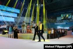 Қазақстан президенті Қасым-Жомарт Тоқаев және бұрынғы президент Нұрсұлтан Назарбаев Нұр-Сұлтанда жақтастарымен кездесу кезінде, 7 маусым 2019 жыл.