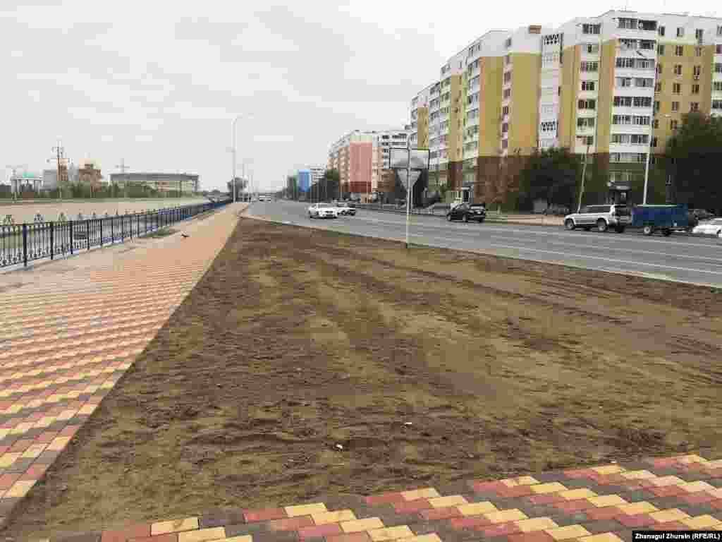 Недавно уложенная на тротуар разноцветная бетонная плитка.