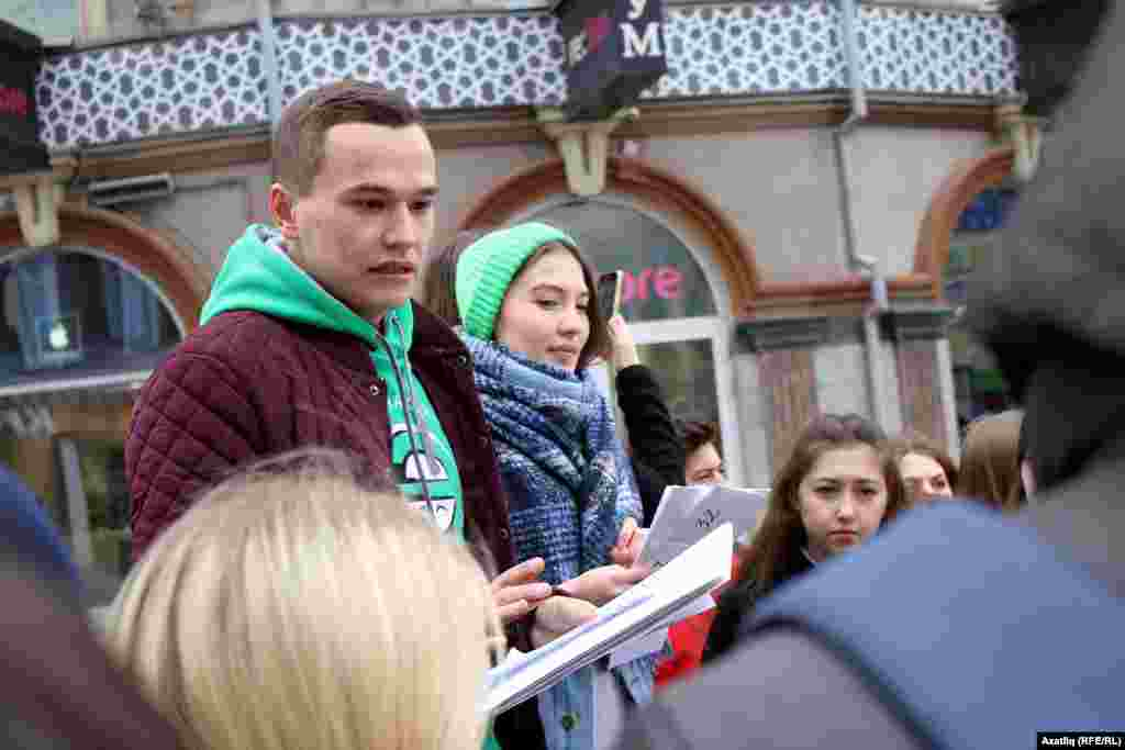 Дөнья татар яшьләре форумы рәисе Тәбрис Яруллин киңәшләр бирә
