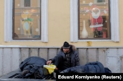 Homeless men warm themselves in Moscow. (file photo)