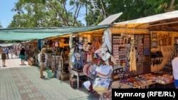 Торговля сувенирами в Керчи, июль 2020 года. Иллюстрационное фото