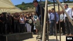 Архивска фотографија: Премиерот Никола Груевски и министерот за транспорт Миле Јанакиевски присуствуваа на почетокот на градба на регионален пат за населбата Сончев Град на Водно.