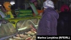 Очередь у отдела, торгующего мясом птицы на центральном рынке. Семей, 27 марта 2012 года.