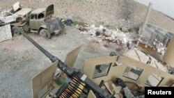 """Талибдер качып кеткен """"Сарпоза"""" түрмөсүн америкалык жоокер кайтарып жаткан учур. 2010-жыл, август."""