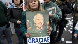 """С любовью к хунте: сторонница бывшего чилийского диктатора Пиночета несет его портрет с надписью """"Спасибо"""""""