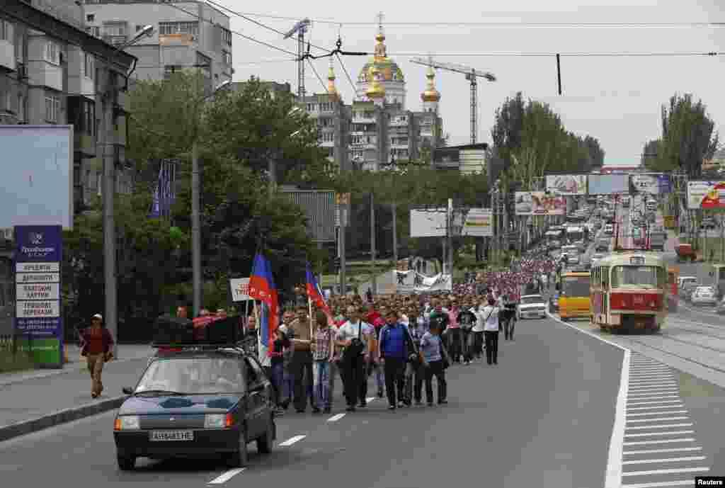 Донецк. Несколько сотен шахтеров вышли на демонстрацию в поддержку ДНР.