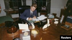 Претседателот Џон Кенеди во Белата куќа, 23.10.1962.