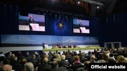 Президент Армении Серж Саргсян dscnegftn с приветственной речью на глобальном общественно-политическом форуме «Против преступления геноцида», Ереван, 22 апреля 2015 г.