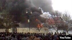 Протестующие подожгли дом главы района в Губе (Азербайджан)