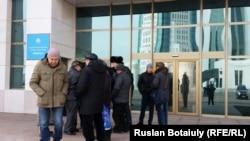 """Премьер-министр кеңсесіне хат тапсыруға барған """"Антигептил"""" қозғалысының мүшелері. Астана, 19 наурыз 2015 жыл."""