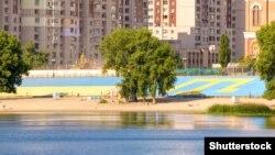 Изображение крымскотатарского флага на Оболонской набережной