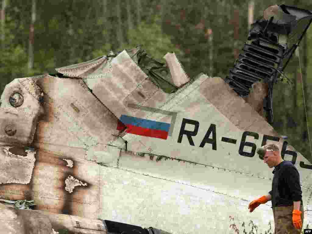 Спасатели работают на месте крушения ТУ-134 под Петрозаводском.