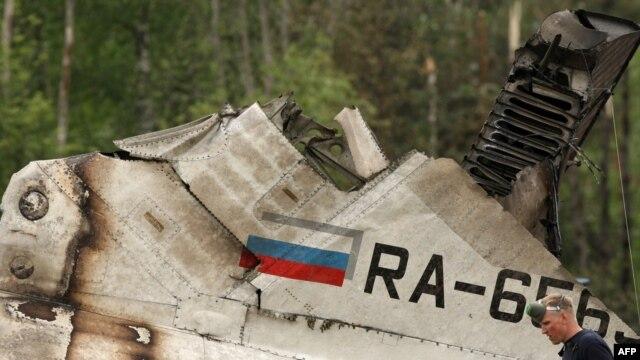 Работа спасательных служб на месте жесткой посадки на автотрассе в 15 км от взлетно-посадочной полосы аэропорта Петрозаводска