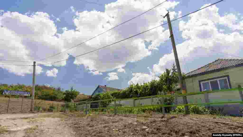 На окраине села, у поворота в «Долину скифов» и парк антилоп «Сафари Ранч»