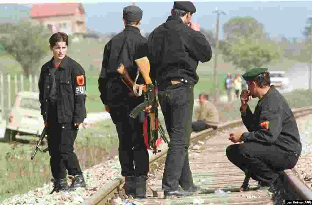 КОСОВО - Премиерот на Косово Албин Курти денеска изјави дека не верува дека меѓу борците на поранешната Ослободителна војска на Косово има военИ злосторници, но верува дека воени злосторници има и надвор од Србија, односно во северниот дел на Косово, во Босна, а како што вели, можеби и во Црна Гора.