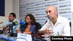 Արվեստաբան Նազարեթ Կարոյանը (աջից) ասուլիսի ժամանակ: 3-ը օգոստոսի, 2011 թ.