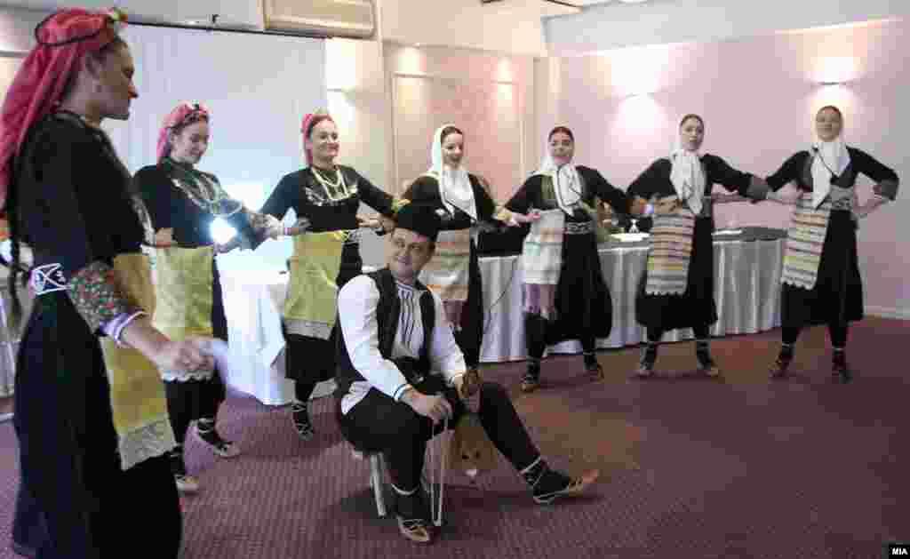 МАКЕДОНИЈА - Институтот за фолклор Марко Цепенков од Скопје го организира 19. Меѓународен симпозиум за балкански фолклор на тема Традиција и современост во фолклорот на балканските народи. Учесниците на научниот собир од Македонијa, Бугарија, Русија, Косово, Полска, Грција и Србија дискутираа за фолклорот во современиот популарен дискурс, народните верувања и нивниот одраз во книжевните дела, за синтаксичката структура на народните умотворби, за елементите на фолклорен театар во обредите под маски...
