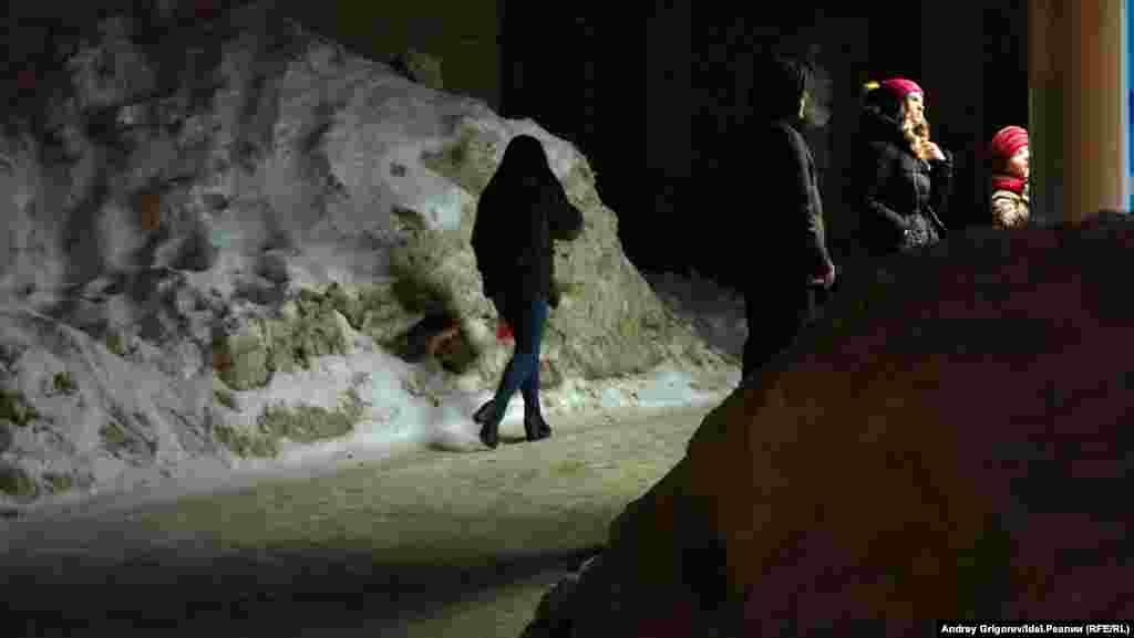 """Начнём со спальных кварталов. Горки, район станции метро """"Проспект Победы"""". Очень оживленное место — даже в поздние часы. И снежные горы— выше человеческого роста. Этот и следующие несколько снимков были сделаны накануне 8 марта, когда подморозило."""