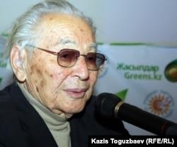 """Писатель Абдижамил Нурпеисов на съезде партии """"Руханият"""". Алматы, 30 ноября 2011 года."""